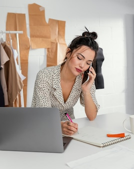彼女のワークショップで働く女性デザイナー