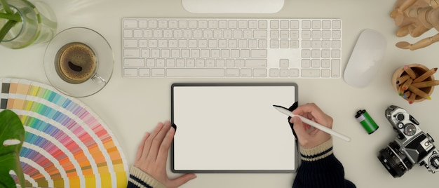 태블릿, 흰색 책상에 컴퓨터를 사용하는 여성 디자이너