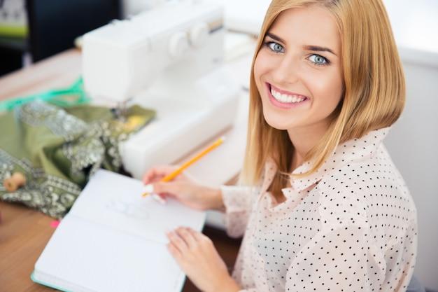 Женский дизайнер, написание заметок в мастерской