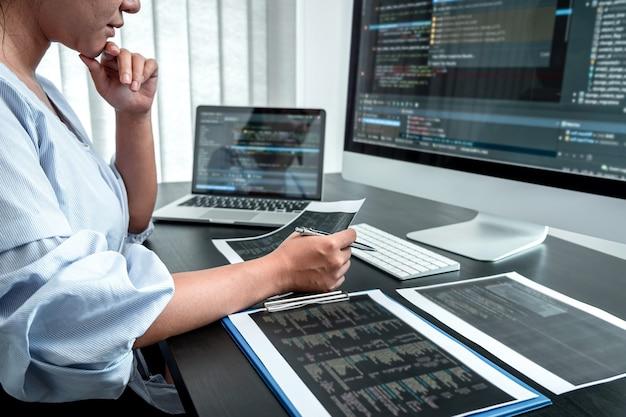 Женский программист-разработчик, работающий над компьютерным программным обеспечением кодирования, написание веб-сайтов и разработка технологий баз данных в офисе.