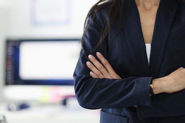 Женский директор в черной куртке, стоя в офисе крупным планом. лидерские качества в концепции женщин