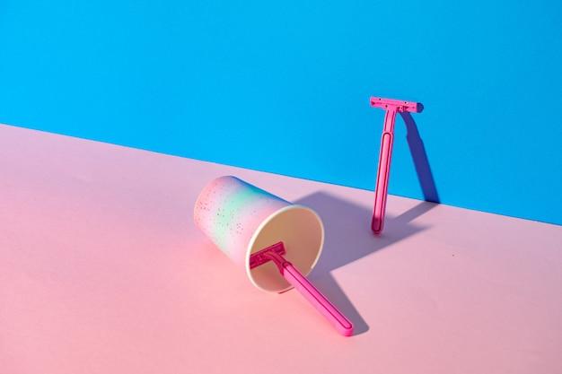컵, 스튜디오 촬영, 복사 공간에 여성 일회용 면도기 프리미엄 사진