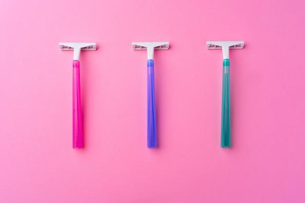 분홍색 배경 평면도에 여성 일회용 면도기