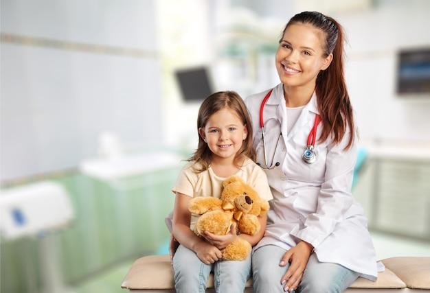 テディベアと女の医者と子供の女の子