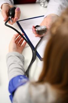 Женщина-врач руки сделать медик крупным планом