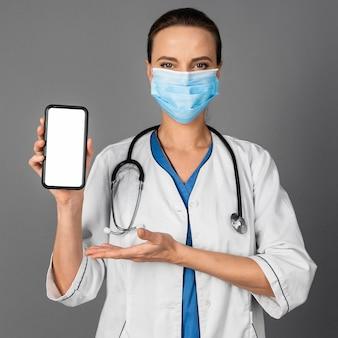 マスクを身に着けている病院の女医