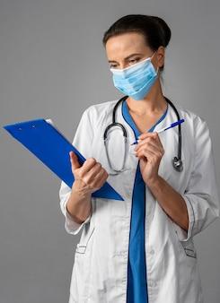 마스크를 쓰고 병원에서 여성 의사