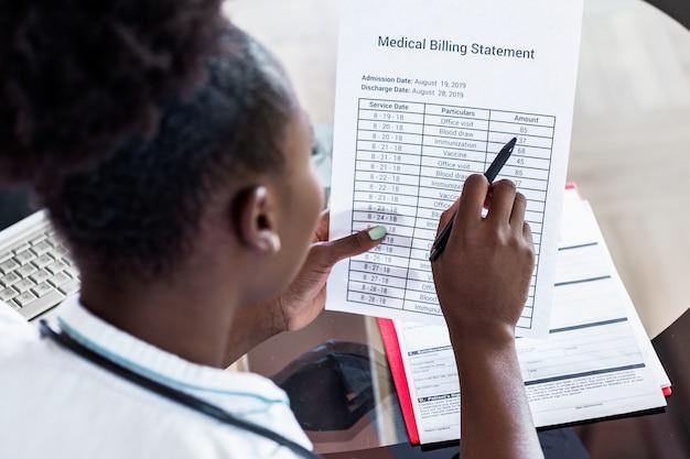 女医が医療費を計算します