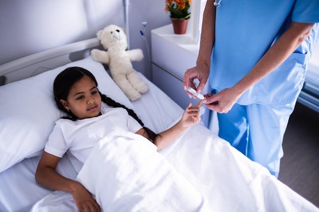 女医が患者の血糖値をチェック