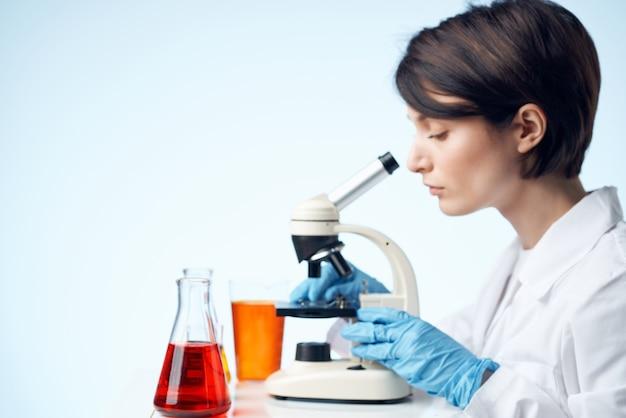 여성 의사 화학 솔루션 생물 학자 연구 연구 밝은 배경