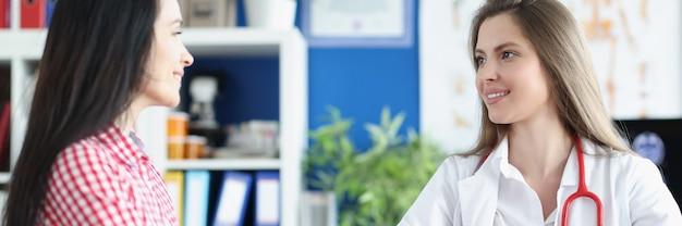 女性医師が患者に診察を行う