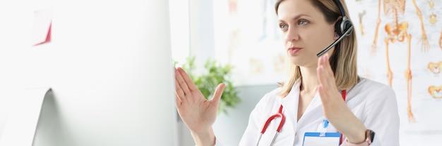 Женщина-врач проводит удаленную медицинскую онлайн-консультацию