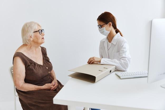 Разговор женщина-врач с пациентом профессионального лечения