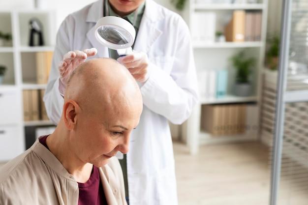 皮膚がん患者の診察を行う女性医師