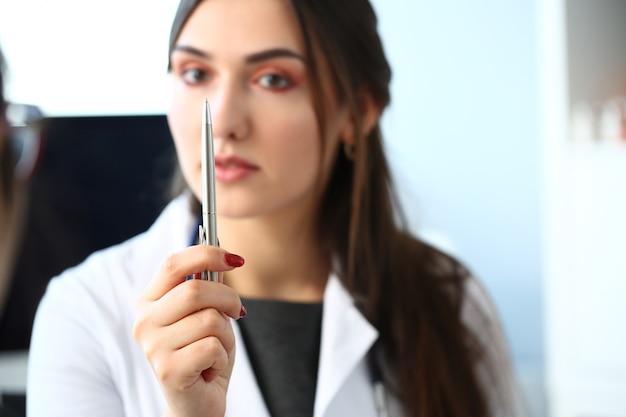 Женский врач специалист по наркологии держит серебро