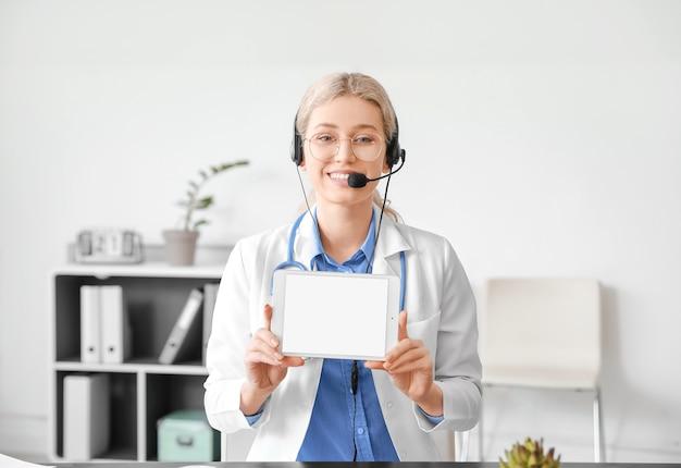 Женщина-врач дает консультацию онлайн в клинике