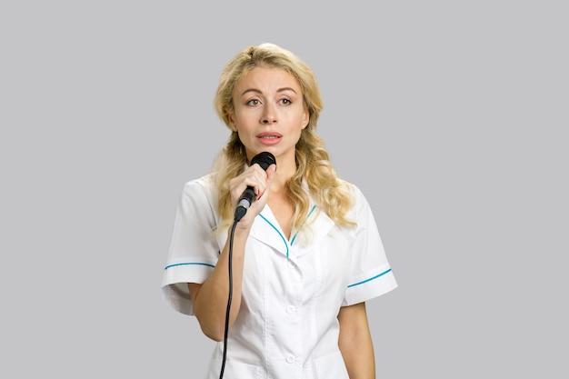 회의에서 연설을하는 여성 의사