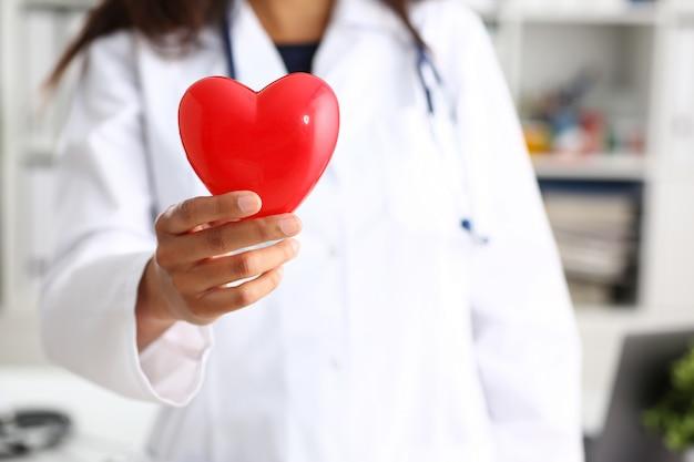 여성 의사 팔을 잡고 빨간색 커버