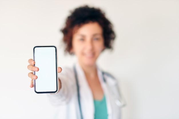스마트폰을 들고 여성 의사