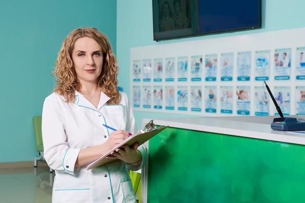 Женщина-врач, держащая буфер обмена с записями. медицинское обслуживание, страхование, рецепт, концепция работы с медицинскими документами
