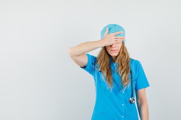 青い制服を着た目に手を握って女医