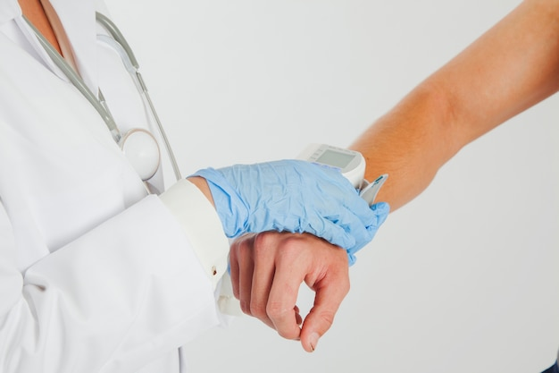 환자 팔을 잡고 여성 의사