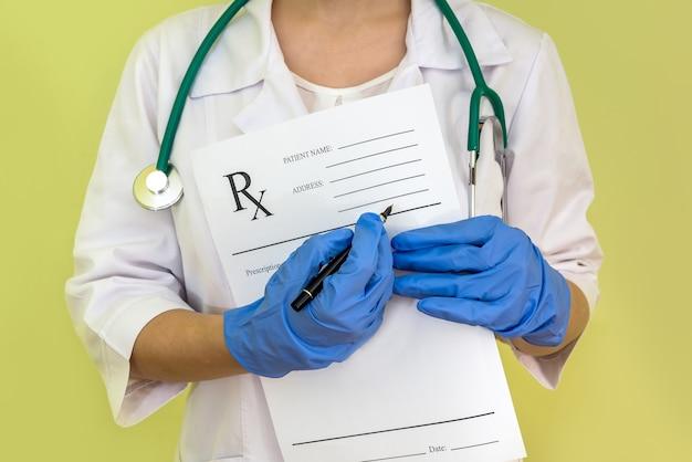手にrx紙を保持している女性医師