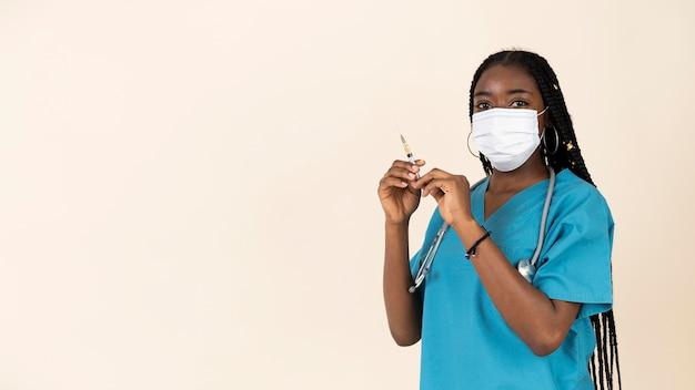 백신과 주사기를 들고 여성 의사