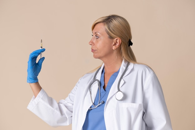 백신 주사를 들고 여성 의사