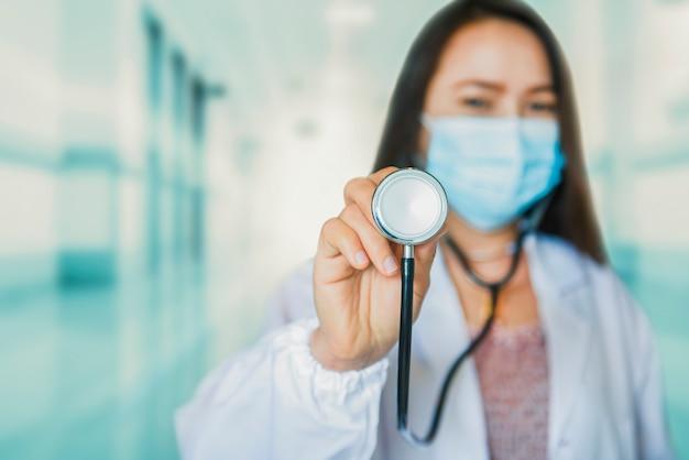 여성 의사는 코로나바이러스 치료용 백신이 든 주사기와 병을 들고 있다