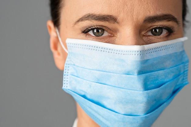Medico donna in ospedale che indossa la maschera