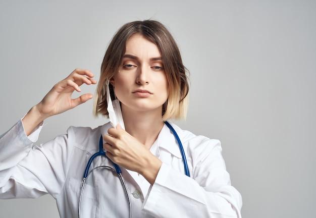 Женщина-врач в белом халате медицинского работника