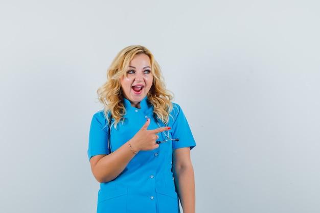 青い制服を着た女医が脇を向いて陽気に見える