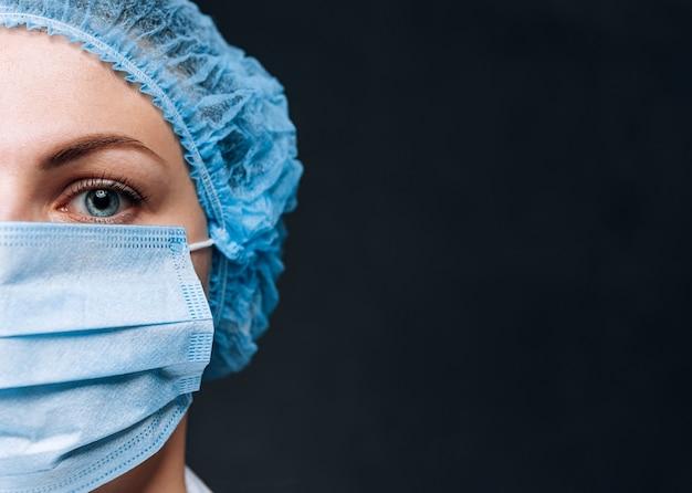 マスクと帽子の女医