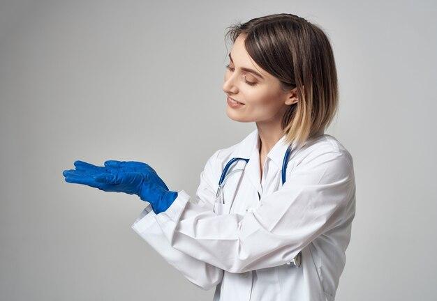 Женщина-врач в медицинской форме лечения эмоций