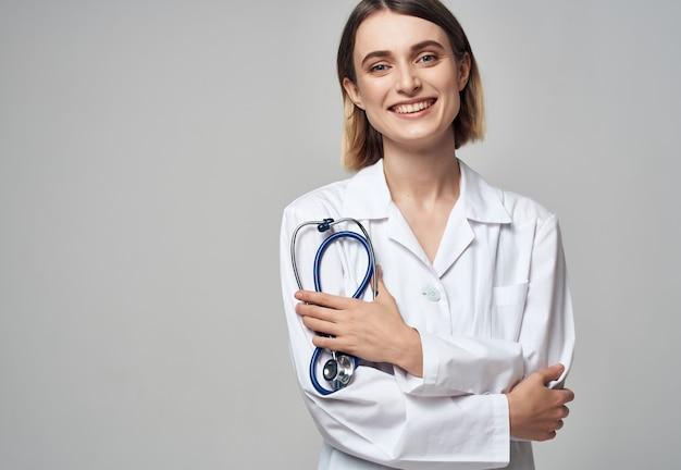 Женщина-врач в медицинской форме медицинского работника
