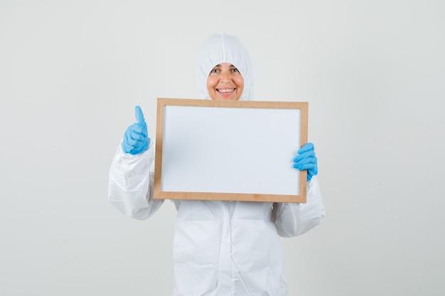 보호 복에 여성 의사