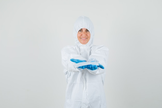 Женщина-врач в защитном костюме