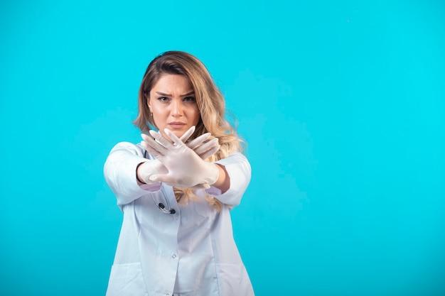 何かを予防し、停止する白い制服を着た女医。