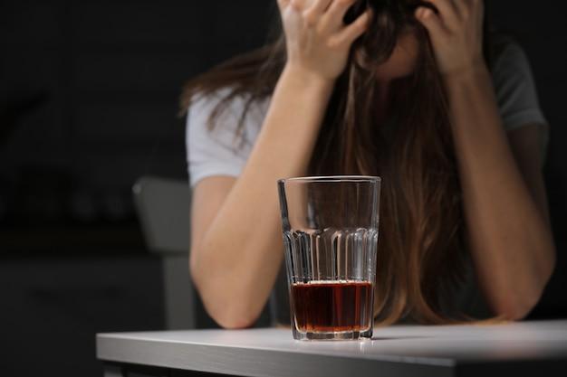 Женщина-врач в депрессии. одинокий алкоголик женского пола страдает от алкоголизма, имеющего проблему, понятие алкоголизма. последствия пандемии и самоизоляции