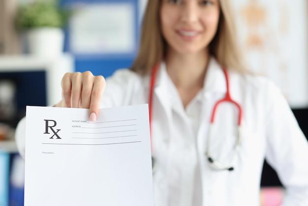 여성 의사 의료 처방전의 빈 형태를 들으십시오
