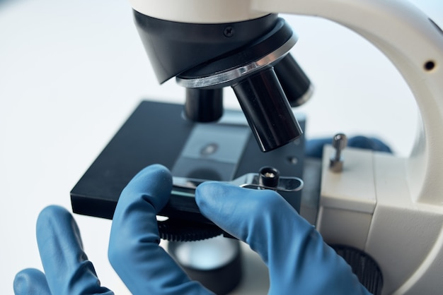 여성 의사 실험실 과학 연구 현미경