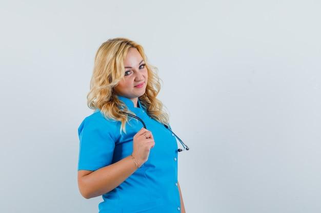 青い制服姿で脇を向いて可愛く見える女医。 。テキスト用のスペース