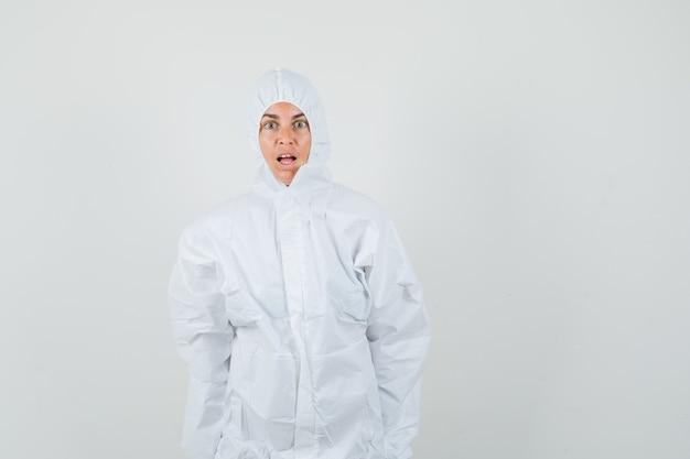 防護服を着たカメラを見てショックを受けた女医師