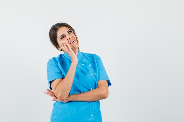 青い制服を着て見上げると夢のような女医