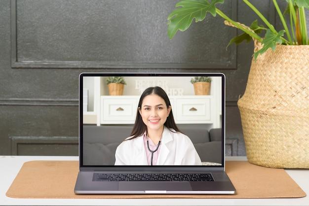 健康問題について患者に相談しながら、ソーシャルネットワークでビデオ通話を行う女性医師。