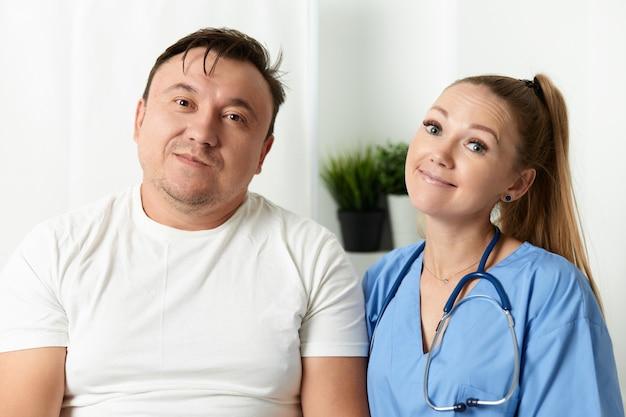 Женщина-врач рядом с пациентом в больнице.