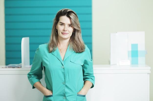 여성 의사 또는 간호사가 똑바로보고 의료 유니폼. 병원 리셉션