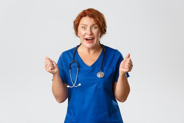 女性医師または医師は、良いニュースを期待して、何かが起こることを祈って拳を握り締めることを願っています。