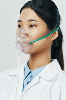 Женщина-врач кислородная маска лечение специалистов здравоохранения